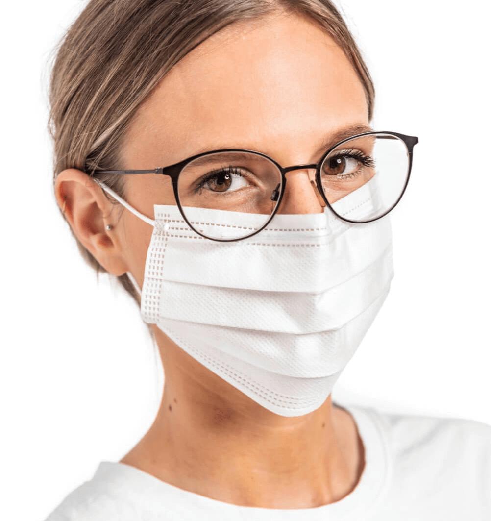 Tragebild-OP_Maske-weiß-Gesichtsmaske-Frau-Brille-Winter-Group